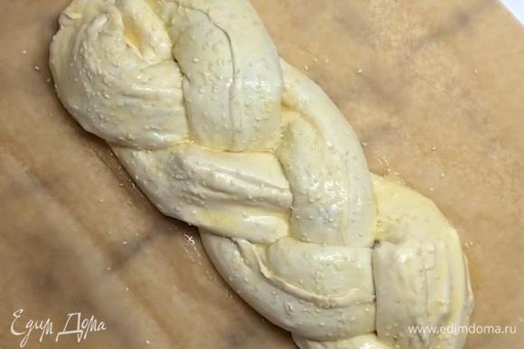 Сверху смазываем взбитым яйцом и посыпаем кунжутом. Ставим в разогретую до 180°C духовку на 35–40 минут.