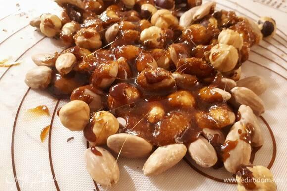 Снимите карамель с огня и сразу же вылейте на орехи. Дайте немного остыть (минут 10–15).