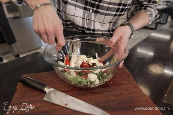 Салат заправьте несколькими ложками соуса и лимонным соком, посолите.