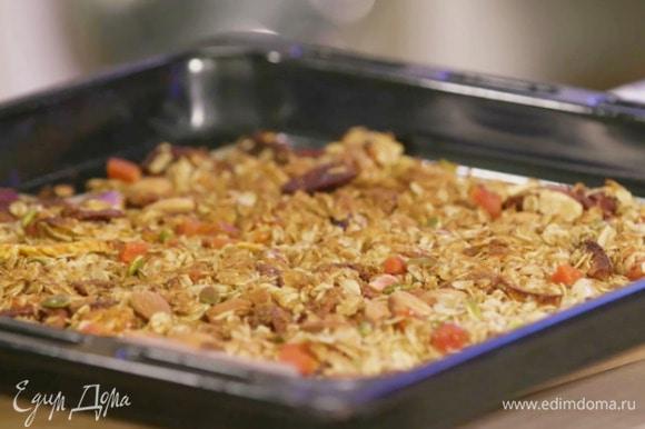Запекать гранолу в разогретой духовке 20–30 минут.