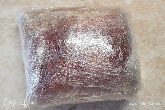 Завернуть замаринованное мясо в несколько слоев пищевой пленки. Положить в холодильник на сутки мариноваться.