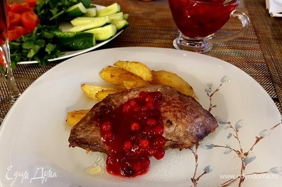 Подавать с запеченным картофелем, полив ягодным соусом.