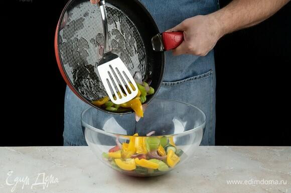 Переложите обжаренные овощи в салатник к помидорам и огурцам.