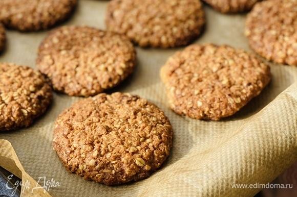 Лепим печенье и выкладываем на пергамент на расстоянии друг от друга (одно печенье — 2 ч. л. теста). Ставим на 12 мин в духовку при 180°C.