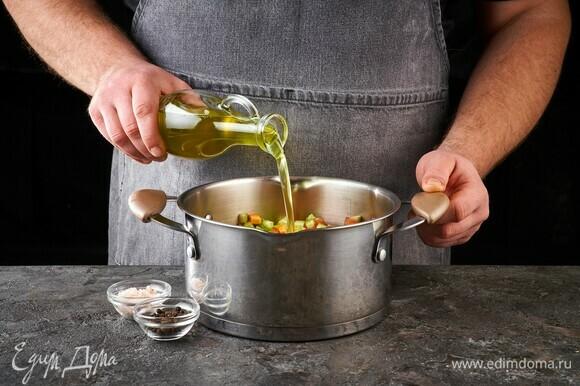 Добавьте оливковое масло, посолите и поперчите. Тушите около 10 минут.
