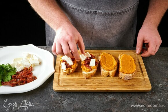 Далее выложите вяленые томаты и тофу.
