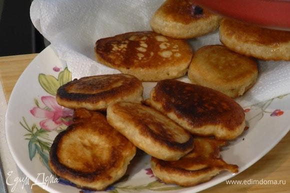 Разогреть в сковороде растительное масло, пожарить оладушки и выложить их на бумажное полотенце, чтобы удалить излишки жира.