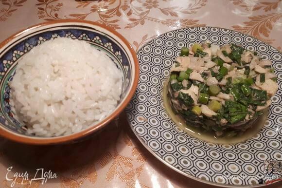 Для заправки смешайте соус нюок мам с лаймовым соком. Вылейте в лап и хорошо перемешайте. Подавайте с рисом.