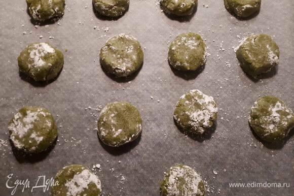 Разогрейте духовку до 180°C. Сформируйте шарики (тесто липкое, но добавлять лишнюю муку не нужно) и обваляйте в сахарной пудре. Выложите на противень, покрытый бумагой для выпечки, и слегка придавите.