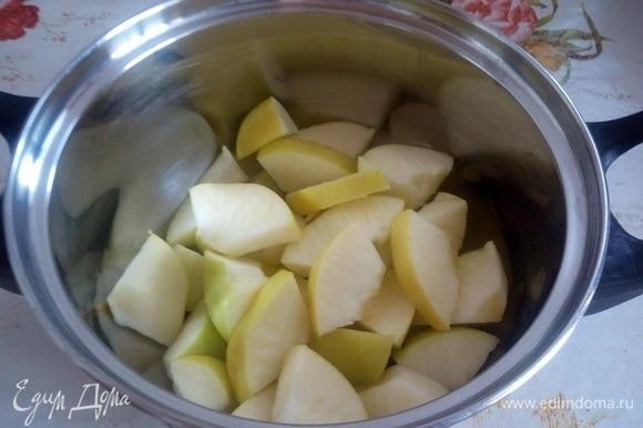 Яблоки нарезаем кусочками. Выкладываем нарезанные плоды в кастрюлю и добавляем 50 мл воды.