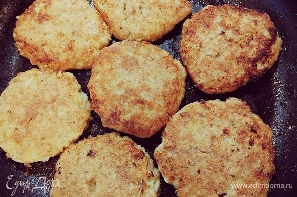 Разогреть масло в сковороде, обжарить с двух сторон по 5–7 минут до румяной корочки. Можно подать с картофельным пюре, украсить зеленью. Приятного аппетита 😊