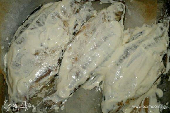 Противень застелить фольгой. Выложить на фольгу лещей, обильно смазать сметаной. Перевернуть на другую сторону и тоже смазать. Поставить противень в духовку, разогретую до 180°C, и запекать рыбу до румяности, примерно 25–30 мин.