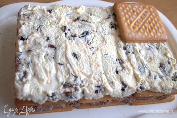 Накрываем третьим слоем печенья с молоком.
