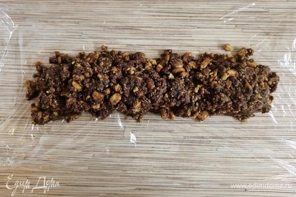 Растелить пищевую пленку на стол, выложить часть сладкой массы и завернуть плотно в колбаску. Я еще сверху заворачиваю в фольгу. Так она не деформируется и не пропускает посторонние запахи из холодильника.