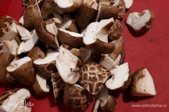 Нарежьте шиитаке на четвертинки, смочите водой и обваляйте в рисовой муке.