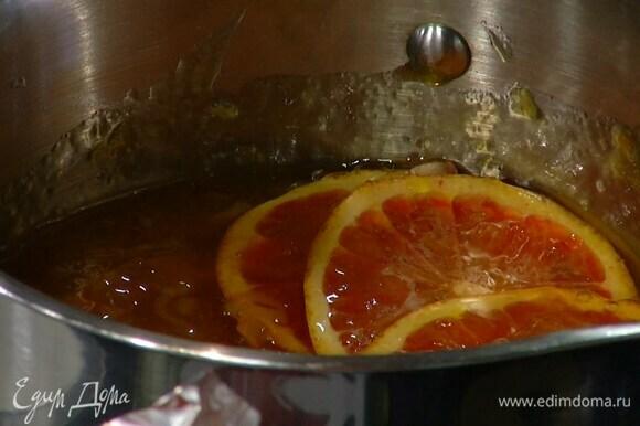 Приготовить соус: апельсин нарезать тонкими кружками и выложить в небольшую кастрюлю, добавить оставшийся джем и прогревать на небольшом огне 15–20 минут.