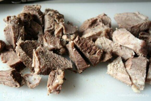 Когда мясо будет готово, его нужно вынуть из бульона и нарезать порционными кусочками.