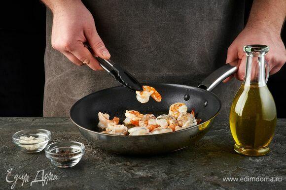Креветки разморозьте. Посолите, поперчите. Выложите на сковороду с растительным маслом.