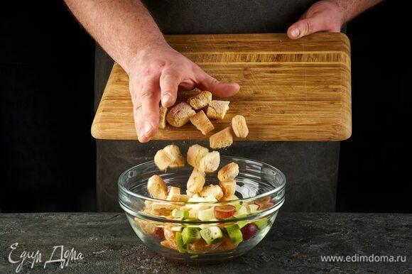 Выложите все в миску, перемешайте. Добавьте печенье, поломанное на мелкие кусочки, и рубленые орехи.