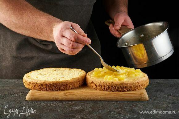 Выложите ананасовую начинку.
