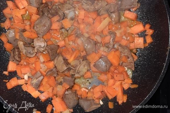Печень залить молоком (150 мл), оставить на 30 минут. Лук, морковь нарезать кубиком, печень — небольшими кусочками. Выложить на сковороду сливочное масло и тушить все ингредиенты, добавив соль и перец по вкусу, 20 минут.