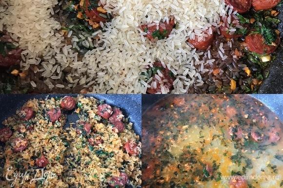 Потом добавить рис, соль, перец, перемешать и потушить 1–2 минуты. Затем залить водой или бульоном и готовить до полуготовности риса.