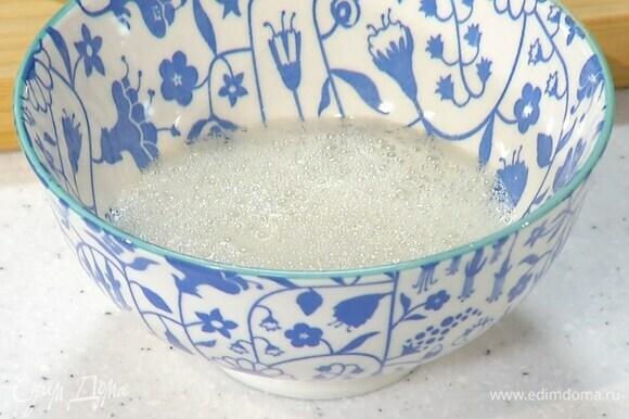 Из половинки лимона выжать 1 ч. ложку сока и погасить соду.