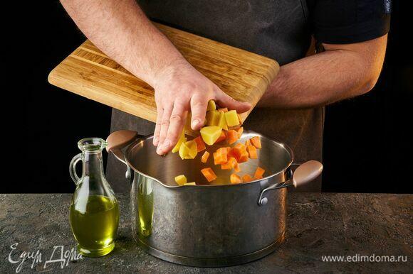 Картофель, морковь и лук нарежьте кубиками, залейте холодной водой и поджарьте на дне кастрюли.