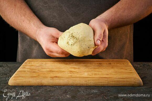 Перемешайте тесто ложкой, а затем замесите руками. Если кажется, что муки очень много, а тесто плохо склеивается, добавьте 1 ст. л. холодной воды. Скатайте тесто в шар и уберите в холодильник.