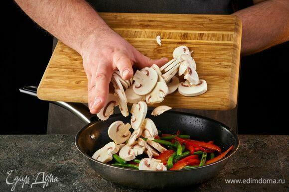 Добавьте в сковороду и обжаривайте 3–4 минуты.