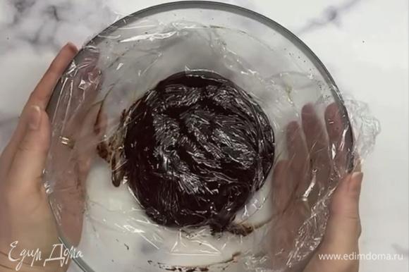 Накрываем пищевой пленкой в контакт и убираем в холодильник на 5–6 часов.