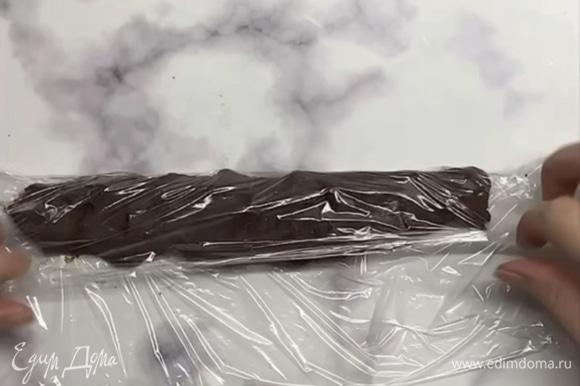 Перекладываем массу в пищевую пленку и скатываем в колбаску.