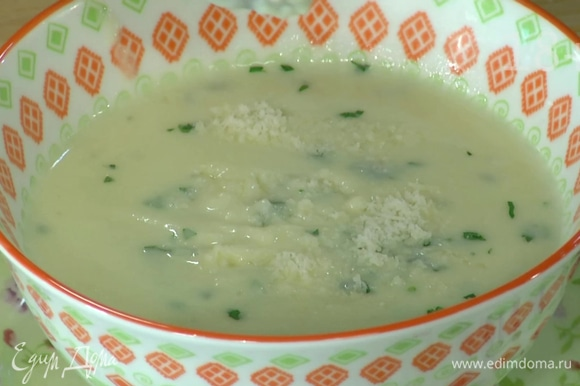 Петрушку мелко порубить и добавить в суп.