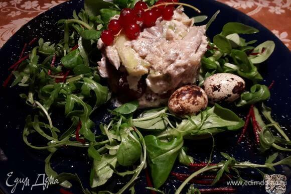 Смешайте ингредиенты для соуса винегрет, вылейте его в салат и хорошо перемешайте.