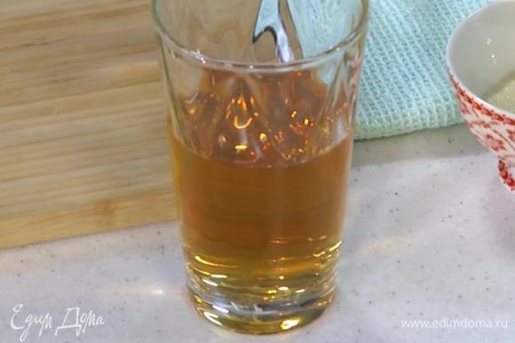 Виноградный сок влить в сотейник и прогреть, не доводя до кипения, затем всыпать желатин, перемешать и дать постоять, пока он полностью не растворится.
