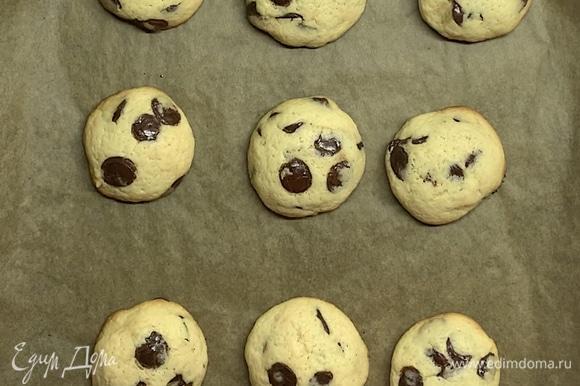 В разогретой до 180°C духовке выпекаем 15–20 минут. Если печенье стало золотистым, оно уже готово. Перекладываем печенье и даем ему немного остывать.