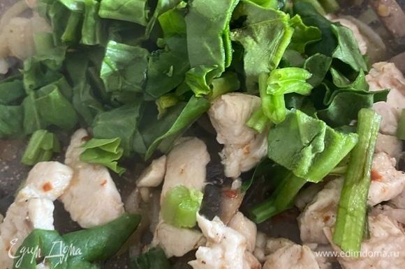 В сковороду отправляем нарезанный шпинат и готовим, пока он не приготовится.