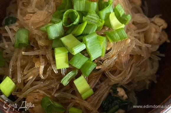Перед подачей посыпать зеленым луком или кунжутом.