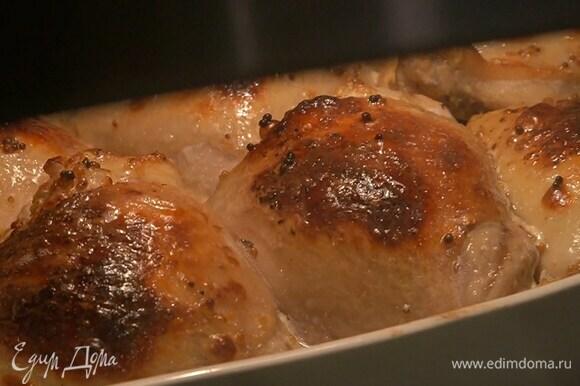 Запекать бедрышки в разогретой духовке 40–50 минут.
