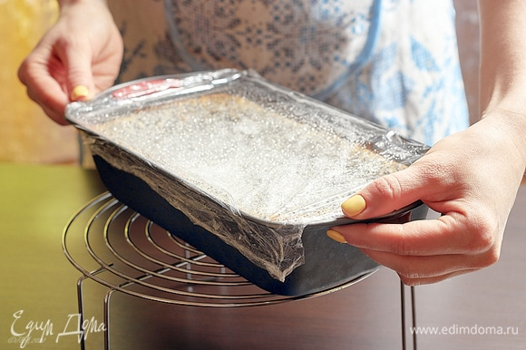 Готовый сырник остудить в выключенной духовке, затянуть пленкой и убрать в холодильник. Чем дольше он там стоит, тем вкуснее. Минимум — ночь. Утром убрать сырник в морозилку на 1 час.
