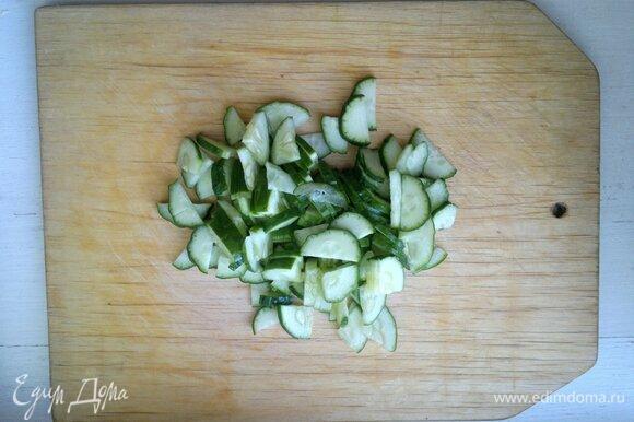 Овощи вымыть, обсушить бумажным полотенцем. Огурец нарезать небольшими ломтиками.