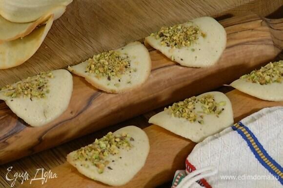 Горячее печенье выложить на скалку и дать ему полностью остыть.