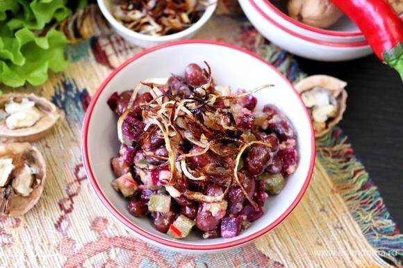 При подаче салат посыпать жареным луком. Приятного аппетита!