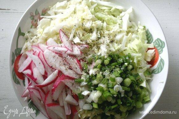 В миске соединить нарезанные овощи, посолить, поперчить, добавить сахар, перемешать.