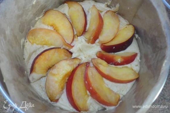 Сверху выкладываем персики. Выпекаем 35–40 минут. Ориентируйтесь по своей духовке и проверяйте готовность деревянной шпажкой.