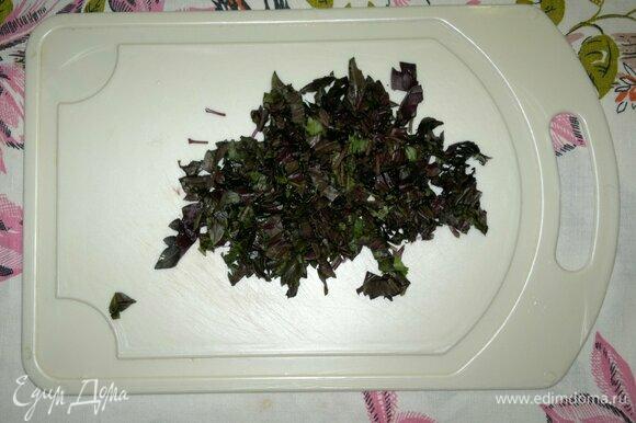 Фиолетовый базилик помыть, обсушить бумажным полотенцем, обрезать стебли, листья мелко нарезать.