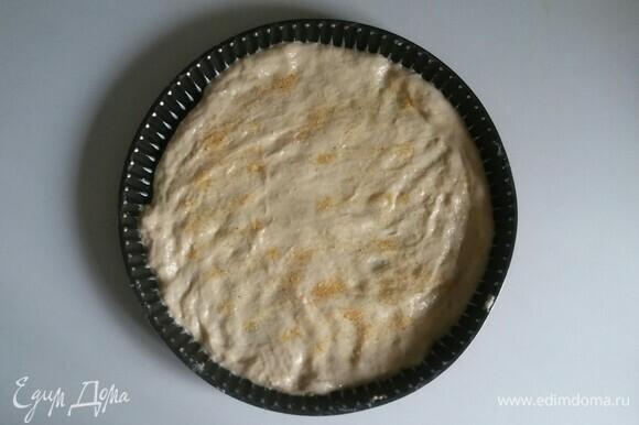 Посыпать тесто сушеным чесноком.