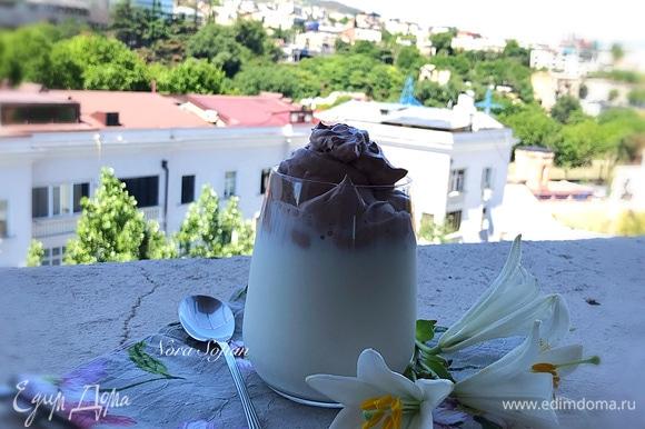 В стакан наливаем молоко — оно может быть как теплым, так и холодным — и сверху распределяем сливочно-шоколадную массу.