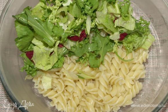 В миске соединяем макароны и салатный микс.