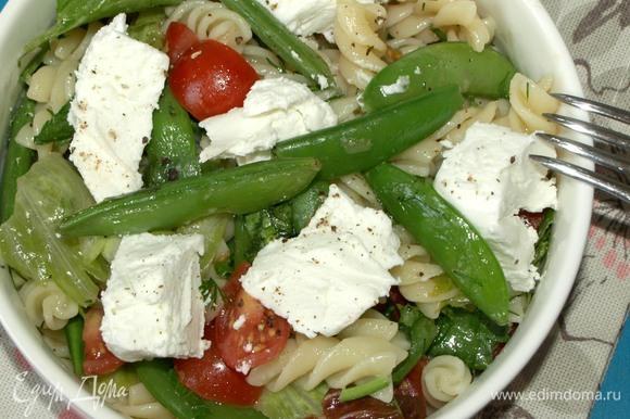 Раскладываем салат порционно. Добавляем овечий сыр и свежемолотый черный перец. По желанию можно добавить соль по вкусу.